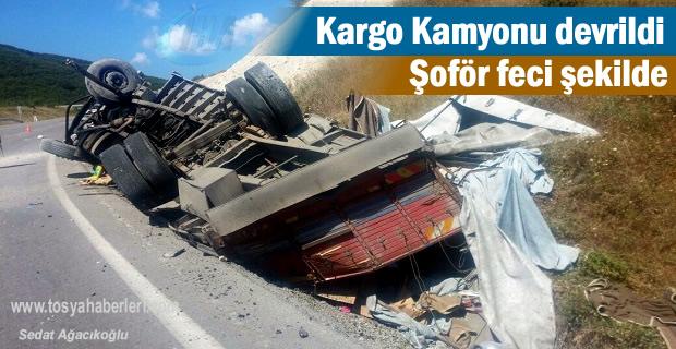 Kargo Kamyonu devrildi Şoför feci şekilde hayatını kaybetti