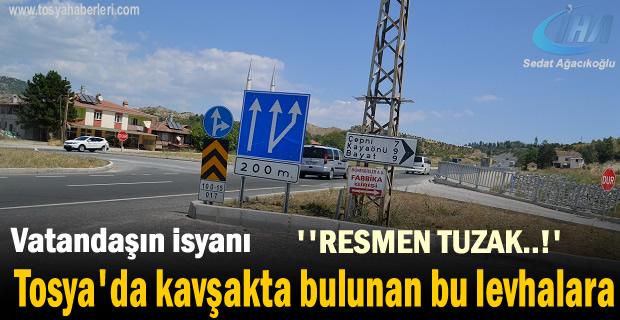 Tosya'da Kavşakta bulunan Trafik Levhaları Tehlike saçıyor