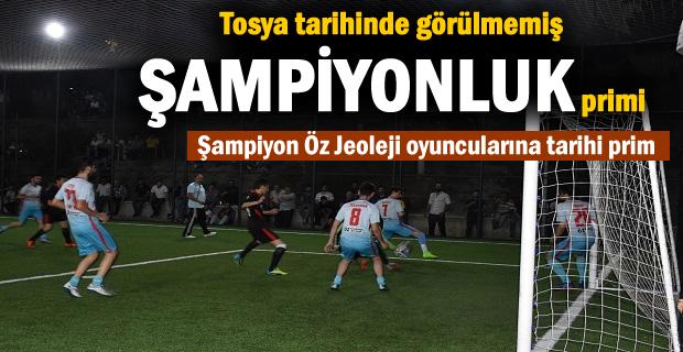 Tosya Halı Saha Turnuvası Şampiyonu Öz Jeoleji Spor oyuncularına sürpriz Prim