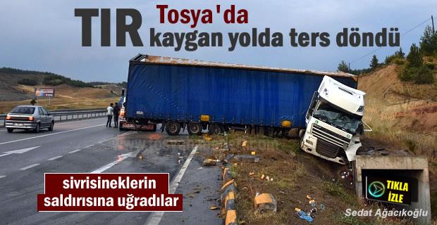 Tosya'da Şiddetli Yağmur ve fırtına sonucu TIR yoldan çıktı