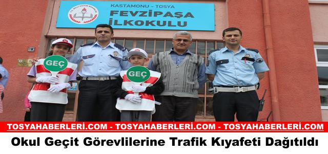 Okul Geçit Görevlilerine Trafik Kıyafeti Dağıtıldı