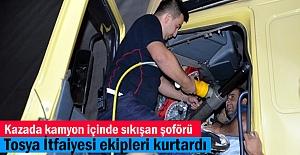 Tosya'da Trafik Kazasında araç içinde sıkışan sürücüyü İtfaiye ekipleri kurtardı