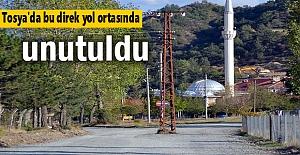 Tosya'da Elektrik direği yolun ortasında kaldı