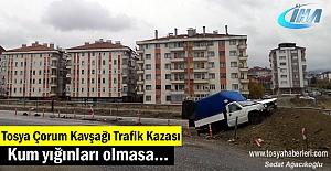 Tosya Trafik Kazası araç kum yığınlarına...