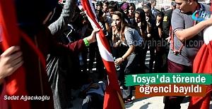 Tosya'da Gaziler gününde bayrak tutan öğrenci bayıldı