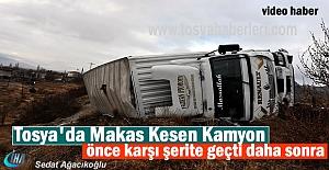 Tosya'da Makas Kesen Kamyon bariyerlere çarparak devrildi