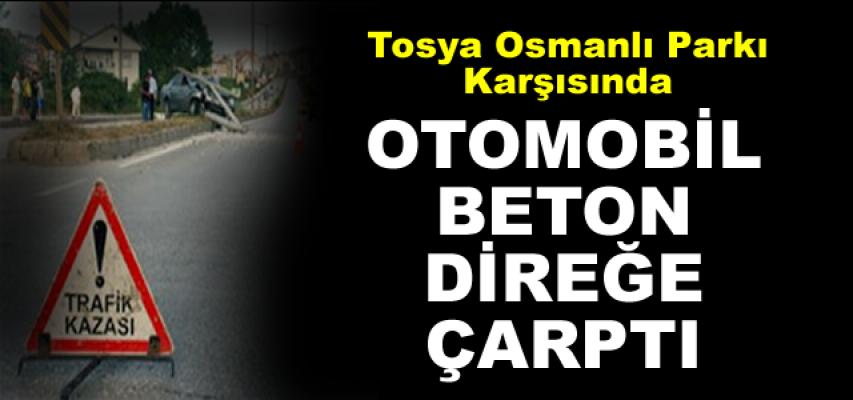 Tosya'da Otomobil Direğe Çarptı Direk Yolu Kapattı