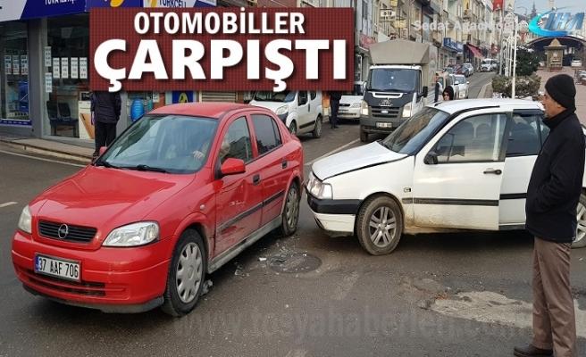 Tosya'da Meydana Gelen Trafik Kazasında İki Otomobil Çarpıştı