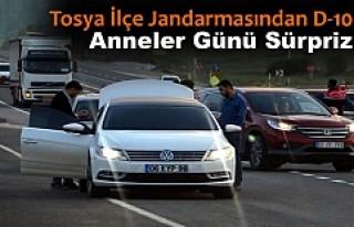 TOSYA JANDARMA ARAÇLARI DURDURUP ANNELER GÜNÜ KUTLADI