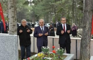 Tosya'da Şehitliklere Karanfil bırakılıp...