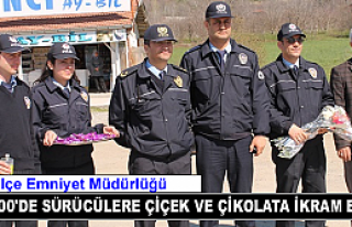 Polis Sürücülere Çikolata ve Karanfil Dağıttı...
