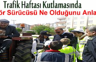 TOSYA'DA ÖĞRENCİLER TRAFİK HAFTASINDA KARANFİL...