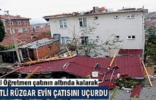 Tosya'da Şiddetli Fırtına Evlerin Çatısını...