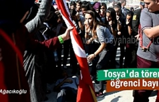 Tosya'da Gaziler gününde bayrak tutan öğrenci...