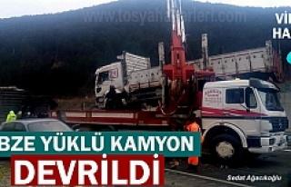 TOSYA SEBZE YÜKLÜ KAMYON DEVRİLDİ
