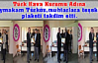 Kaymakam Türköz,muhtarlara teşekkür plaketi takdim...