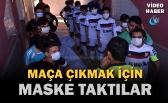 Tosya'da Futbolcular Sahaya Maske İle Çıktı