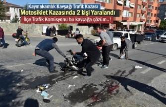 Kastamonu'nun Tosya ilçesi Kaymakamlık kavşağında meydana gelen motosiklet kazasında 2 kişi yaralandı