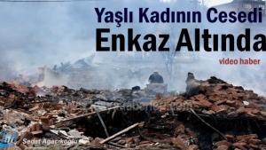 Tosya'da 8 evin yandığı yangında hayatını kaybeden yaşlı kadın cesedi enkaz altında