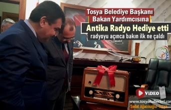 Tosya Belediye Başkanı Dışişleri Bakan Yardımcısına Antika Radyo Hediye Etti