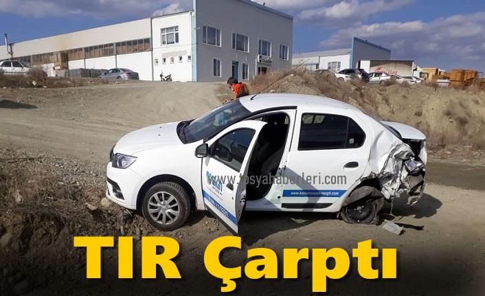 TIR'ın Çarptığı otomobil tarlaya uçtu