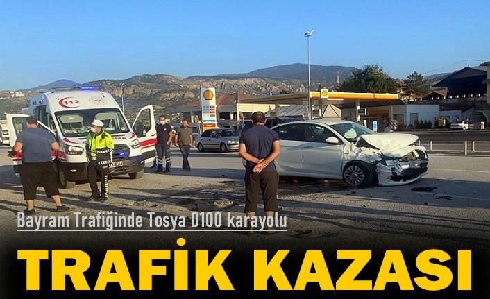 TOSYA D100 KARAYOLUND BAYRAM TRAFİĞİNİN İLK KAZASINDA 4 KİŞİ YARALANDI