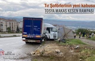 TOSYA D100'DE YAĞMUR SONRASI TIR KAZASI
