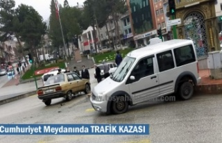 Tosya Cumhuriyet Meydanında Trafik Kazası