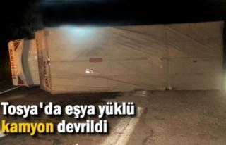 TOSYA'DA EŞYA YÜKLÜ KAMYON DEVRİLDİ
