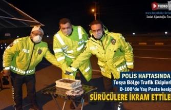 POLİS HAFTASININ 175.YILDÖNÜMÜNDE D-100'DE POLİSLER YAŞ PASTA KESEREK SÜRÜCÜLERE İKRAM ETTİ